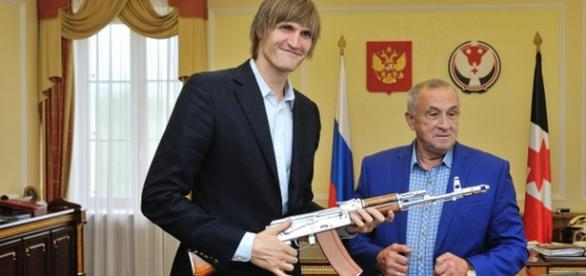 Andrei Kirilenko recibiendo una AK-47
