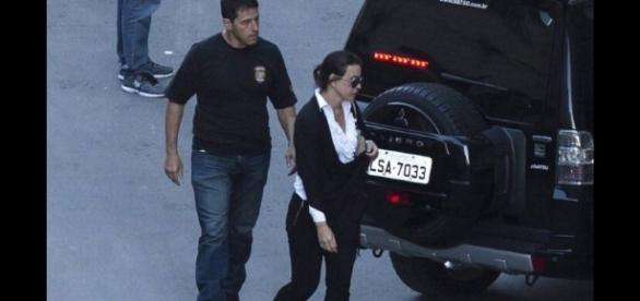 Mulher de Cabral surpreende com boa aparência após deixar o presídio