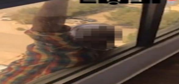 Mulher grita por ajuda, mas patroa apenas filma cena sem prestar auxílio (Kuwait Times)