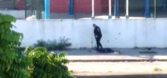 Vídeo mostra PMs RJ executando homens deitados no chão.