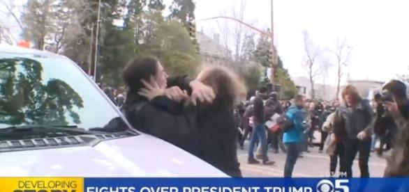 Apoiadores e opositores a Trump entraram em luta corporal neste sábado (Foto: Reprodução de TV/CBS)