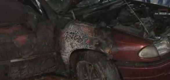 Testemunhas viram um homem colocando fogo no carro (Foto: Reprodução)