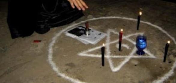 O casal suspeito do crime desenhava estrela no chão, acendia velas pretas e rezava em ritual satânico, durante o estupro (reprodução: web)