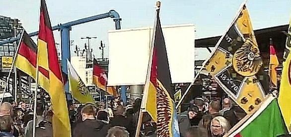 Pruski sztandar na czele, flagi Polski i Rosji z tyłu – berlińska specyfika