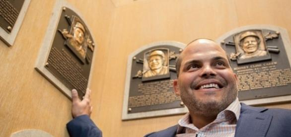 "Ivan ""Pudge"" Rodriguez visita as lendas do passado no Hall da Fama do baseball (Foto: Divugação Twitter)"