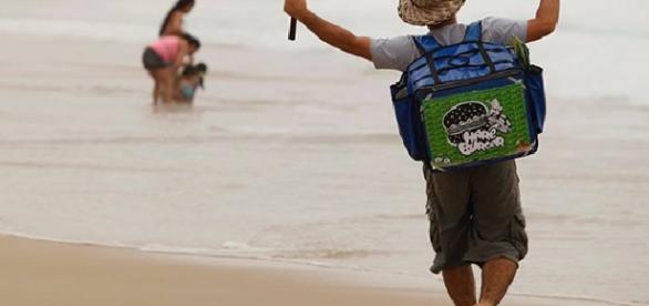 Mário Gomes vende hambúrguer na praia para sobreviver
