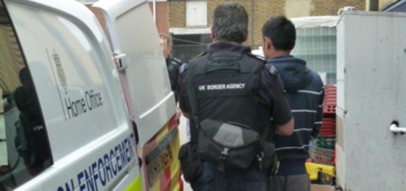 Cetățenii europeni fără loc de muncă arestați și deportați din Marea Britanie