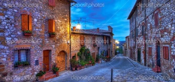 Schöne kleine Stadt in der Toskana, Italien — Stockfoto © eleaner ... - depositphotos.com