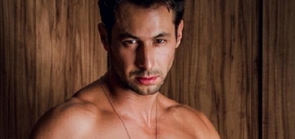 Ex-BBB Emanuel Milchevisky posou nu em ensaio fotográfico sensual