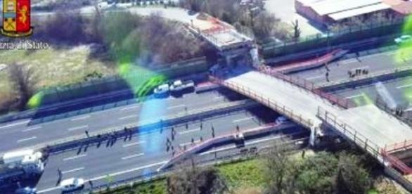 Crolla ponte su A14 vicino Ancona: morti un uomo e una donna, news e aggiornamenti