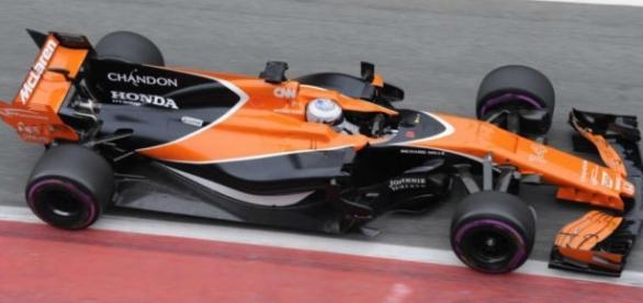 Fernando Alonso con su MCL32 en el sexto día de test 2017