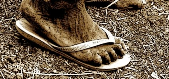 Homem foi em audiência usando chinelos. Imagem ilustrativa.