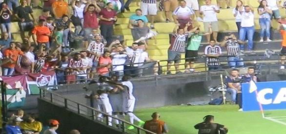 Perto dos tricolores, Wellington Silva é abraçado por companheiros após marcar o gol do Fluminense no empate diante do Criciúma (Foto: Globoesporte)