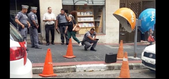 Policias isolam área após suspeitarem de bomba em maleta preta
