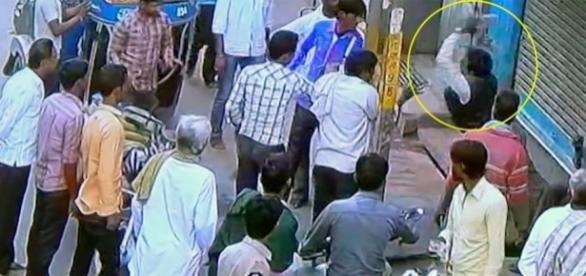 Imagens de circuito interno registraram momento em que briga de trânsito acabou em morte na Índia
