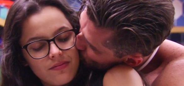 O abraço apaixonado entre Marcos e Emilly
