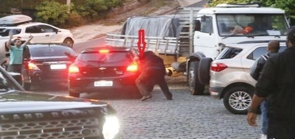 Segurança de Justin Bieber ataca carro de fãs em frente a mansão do cantor no RJ