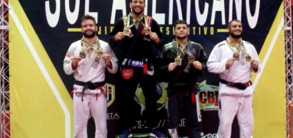 Equipe brasileira no pódio do campeonato Sul-Americano de Jiu-Jitsu Esportivo