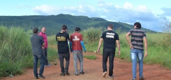 Homem (de vermelho) foi preso após confessar crime (Foto: Divulgação/Portal Meganésia)