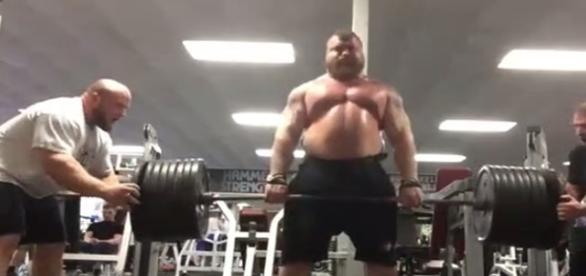 Homem consegue levantar 420 Kg em levantamento de peso na academia.