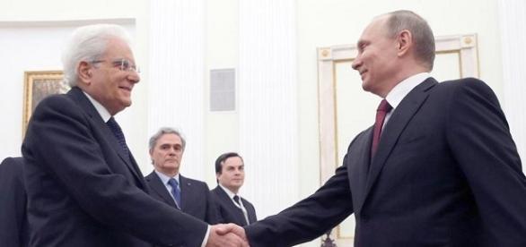 La stretta di mano tra Mattarella e Vladimir Putin