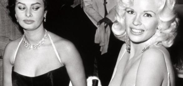 As atrizes Sophia Loren e Jayne Mansfield: um olhar de inveja