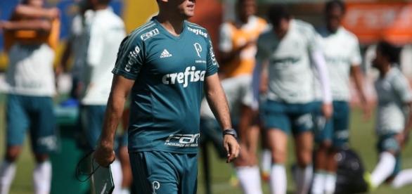 Eduardo Baptista comanda treino tático no Allianz