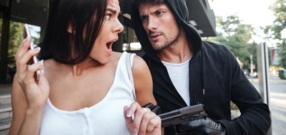 Mulheres são vitimas de assalto e estupro em vários países