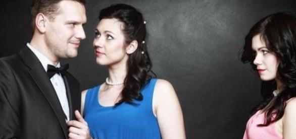 Se o encontro entre o seu namorado e a ex dele for muito frequente, pode ser um sinal de que os dois possuem algum assunto inacabado