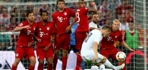 Toni Kroos, lanzando una falta en un partido contra el Bayern de Múnich