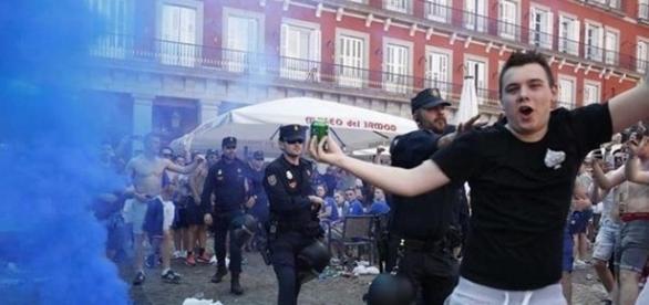 Un hincha del Leicester es apartado por un agente de policía. Foto: Olmo Calvo (El Mundo)