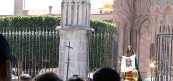 Durante los rituales, se tiene la costumbre de sacar el arte sacro a la calle para ser adorado.