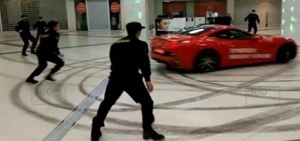 Na imagem é possível ver o veículo tentando ser parado por seguranças do shopping.