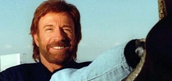 Chuck Norris contou em entrevista, que lê a bíblia e se voltou para Deus (Foto: Reprodução)