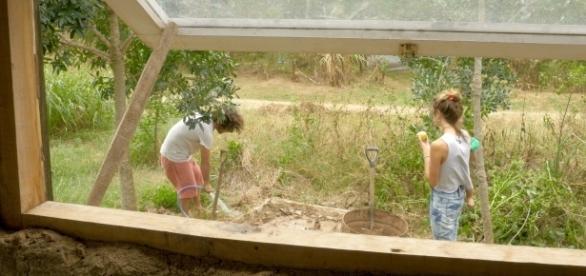 Facundo humedece la tierra para generar barro.