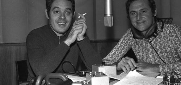 Ha innovato i linguaggi di radio e tv, qui un giovane Boncompagni con l'amico di sempre Renzo Arbore. Foto: rainews.it.