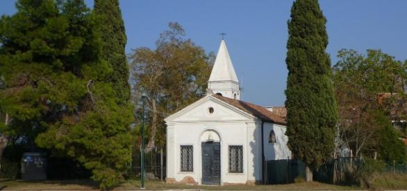 La chiesa di Sant'Eurosia nell'isoletta lagunare di Vignole di fronte a Venezia ormai non ha più fedeli. Foto: Wikimedia.