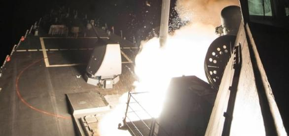 Lançamento de um míssil Tomahawk do deck de um navio da Marinha norte-americana