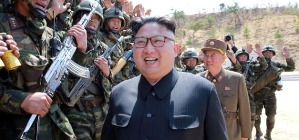 Líder coreano Kim Jong-un assiste o treinamento do Exército Popular da Coreia do Norte