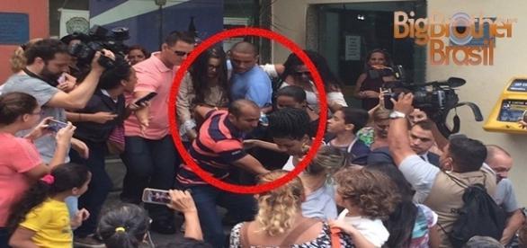 Saída de Emilly da delegacia é marcada por gritos bizarros de ''Volta com o Marcos''
