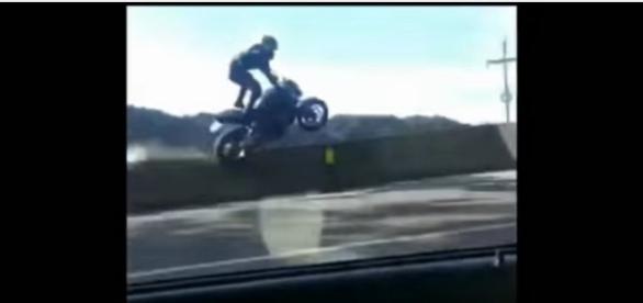 vídeo mostra um acidente de moto impressionante.