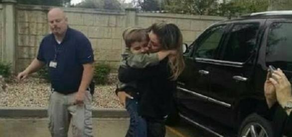 Após seis meses sem notícia do filho, imagem mostra reencontro nos Estados Unidos