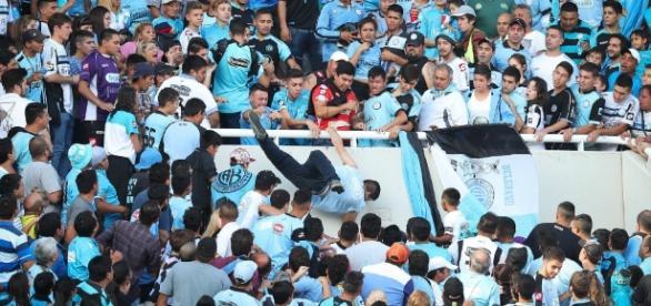 El momento en el que el hincha de Belgrano es arrojado al vacío