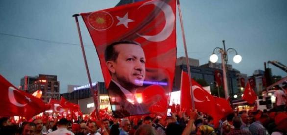 Elezioni democratiche eleggono Erdogan capo massimo e indiscusso.