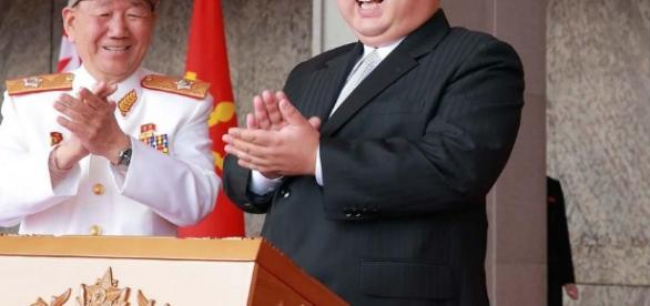 Líder coreano assistindo ao desfile militar em comemoração aos 105 anos da Coreia do Norte