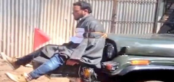 Na imagem é possível ver o homem que foi capturado pelos soldados.