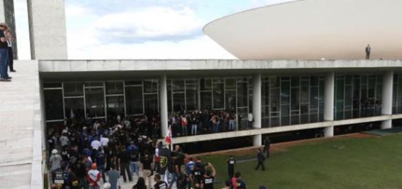 A temperatura ficou alta quando manifestantes da União dos Policiais do Brasil (UPB) tentaram ingressar na Câmara