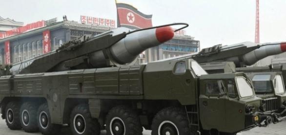 Missili Termonucleari Intercontinentali della Corea del Nord mostrati durante la parata.
