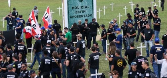 Após invasão, relator indica idade de 55 anos para policiais ... - com.br