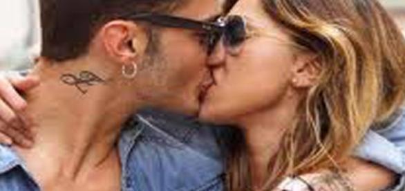 Belen e Stefano: il bacio vola sul social network | Bergamosera ... - bergamosera.com